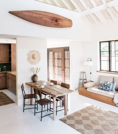 Hawaiian Summer: A Charm-Filled Stone Carriage House on the Maui Coast, Restored - Remodelista A few weeks back, we took a look at a restored vintage Hawaiian plantation cottage—and the surrounding tropical gardens—in Paia, a laid-back, bohemian surf Hawaiian Homes, Hawaiian Decor, Vintage Hawaiian, Beach Cottage Style, Beach Cottage Decor, Beach Chic Decor, Surf Decor, Style Surf, Boho Style