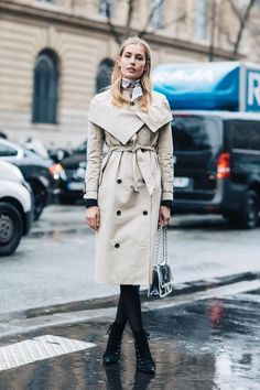 Street style at Fashion Week fall-winter from Paris Rainy Outfit, Cute Rainy Day Outfits, Winter Outfits For Work, Outfit Of The Day, Fall Winter 2017, Autumn Winter Fashion, Look Casual, Casual Chic, Paris Street Fashion