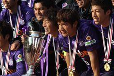 [ FUJI XEROX SUPER CUP:広島 vs 柏 ] 広島が1-0で勝利し、FUJI XEROX SUPER CUP優勝を飾った!試合後にサポーターの前で選手、スタッフが記念撮影。選手からも笑顔がこぼれるなど、幸先の良いシーズンスタートとなった。   ★「FUJI XEROX SUPER CUP 2013特集」グルメ&ゆるキャラ&もちろん真剣勝負も!  2013年2月23日(土):国立競技場
