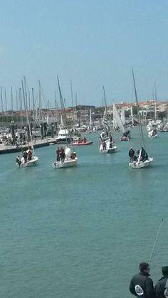 [Edhec 2014] 2 mai. Quand il fait beau, les bateaux du Trophée Terre prennent le large © La Poste, DR.