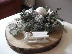 Foto: Een mooi kerststuk voor op de tafel gemaakt op de boomschijf van de Action. Wat groen uit de tuin, een sleetje van de Zeeman. En natuurlijk wat kaarsjes aan tijdens de donkere uurtjes... Gezellig hoor!!. Geplaatst door jet338 op Welke.nl