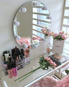 Penteadeira com espelho: 60 ideias para o cantinho da beleza Room Ideas Bedroom, Bedroom Decor, Beauty Room Decor, Cute Room Decor, Glam Room, Stylish Bedroom, Aesthetic Room Decor, Dream Rooms, Vanity