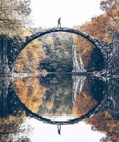 Rakotzbrücke im Azaleen- und Rhododendronpark Kromlau in der Nähe von Görlitz.