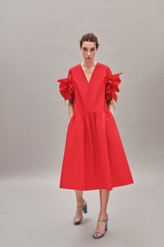 The complete Delpozo Pre-Fall 2019 fashion show now on Vogue Runway. Look Fashion, Fashion Details, Fashion News, Fashion Outfits, Womens Fashion, Fashion Design, Fashion Trends, Fashion Edgy, Cheap Fashion