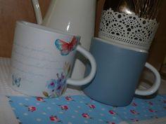 Pareja de tazas de loza blanca decoradas con pintura y decoupage.