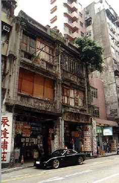 These are some of the photos of all Hong Kong Heritages taken in 1997. Shanghai Street No. 446 Built in 1920s Demolished in mid 2000s 老畫師仍舊在這裡擺檔替人寫真, 只是在檔口加上了布蓬罷了.
