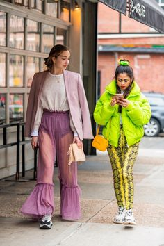 The best street style from New York Fashion Week From neon to cowboy boots, faux fur to animal print, NYFW street style was. Street Style Edgy, High Street Fashion, New York Fashion Week Street Style, Fashion Blogger Style, Street Styles, Milan Fashion, Style Haute Couture, Colorful Fashion, Fashion Looks