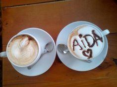 Hoy nos complace en compartir el #MomentoAroma de una de nuestras más queridas #CoffeeLovers  regram @aidavmachado Sorpresa en mi café... Delicioso  Mokaccino y después una torta de arequipe con @zailyntovar25