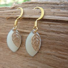Boucles d'oreilles émail écru et dorées