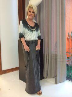 Ana Maria Braga com saia comprida e blusa tie-dye #MaisVocePT http://glo.bo/1lWalb2