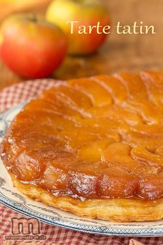 Tarte Tatin - Macaronette et cie - Delicious Foods Köstliche Desserts, Delicious Desserts, Dessert Recipes, Yummy Food, Puff And Pie, Wine Recipes, Cooking Recipes, French Dishes, British Baking