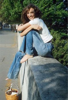 Jane Birkin keeping it simple in a white tshirt and perfectly worn in denim!