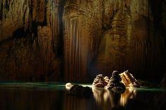 Fortes emoções aguardam os turistas no Abismo Anhumas. Uma imensa caverna submersa. Um abismo que parece sem fim. Mas, para curtir o passeio, é preciso ter coragem! A aventura começa com uma descida de rapel por uma fenda estreita por 72 metros até chegar a um lago de águas cristalinas.  Veja dicas de Bonito: http://www.guiaviagensbrasil.com/blog/7-motivos-para-conhecer-bonito-ms