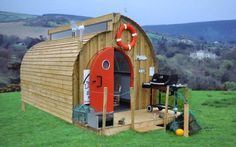 Images © TheLobsterPod The Lobster Pod was created not so much for tiny living but instead for people who work at home and want a Best Tiny House, Micro House, Small Space Living, Tiny Living, Treehouse Living, Little Houses, Tiny Houses, Unusual Homes, Compact Living