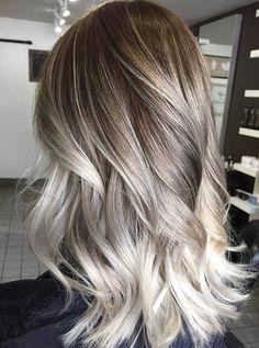von Dunkelblond zu Weiß Haare aufhellen ein Etagen Schnitt, schulterlanges Haar