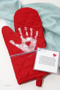 Looking for a Mother's Day gift or a gift for grandma? Make this adorable DIY Handprint Oven Mitt. A fun, personalized gift she is going to love. Valentine Gifts For Mom, Diy Gifts For Grandma, Grandmas Mothers Day Gifts, Mothers Day Poems, Unique Mothers Day Gifts, Mothers Day Crafts For Kids, Diy Gifts For Kids, Valentines Diy, Mother Day Gifts