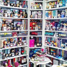 I like the corner layout Bookshelf Plans, Bookshelves, Funko Pop Display, Bookshelf Inspiration, Disney Rooms, Dream Library, Personal Library, Beautiful Book Covers, Shelfie
