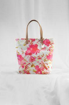 Zu kaufen unter: http://www.outletcity.com/de/shop/shopper-bunt-escada-sport-000277643 ESCADA Sport Spring/Summer 2014 Look 44 Bags 3