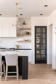 Home Decor Kitchen, New Kitchen, Home Kitchens, Kitchen Ideas, Kitchen Modern, Modern Kitchen Island Designs, Design Kitchen, Modern White Kitchens, Modern Kitchens With Islands