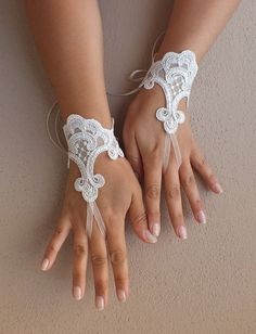FREE SHIP --Wedding Gloves, ivory lace gloves, Fingerless Gloves, ivory wedding gown, off cuffs, cuff wedding bride, bridal gloves,