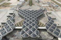 ヨルダンはアンマンにある、フォスター+パートナーズの設計によるクイーンアリア国際空港の公式オープニングを迎えた。空港は、年率6%の割合で拡張し続けるのを可能にする、柔軟なモジュラー構造で建設された。