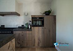 Dik eiken fineer, gebeitste maatwerk keuken. Blad van graniet. Opstelling met een spoeleiland