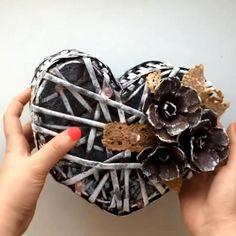 Newspaper Craft Basket, Newspaper Crafts, Diy Home Crafts, Crafts To Make, Wooden Laundry Basket, Diy Jewelry Holder, Jewelry Box, Jewlery, Recycled Magazine Crafts