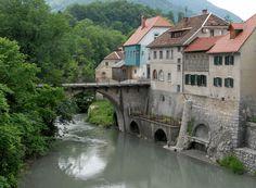 Desde el año 973 la ciudad de Škofja Loka permanece sobre una ladera en la confluencia del río Selska y Poljanska Sora, en Eslovenia.