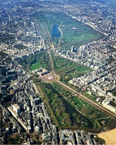 Aerial view of Hyde Park, Green Park, Buckingham Palace and St James's Park in London Beautiful Places To Travel, Cool Places To Visit, Wales, St James' Park, London Places, Green Park, London Photos, Buckingham Palace, Bretagne