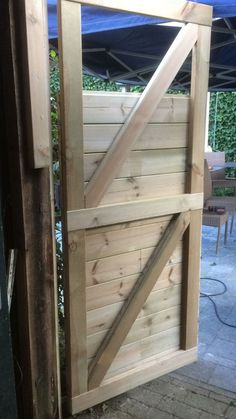 Verbesserte die Tür unseres Gartenhauses Upgraded the door of our garden shed – Garden Shed Diy, Home Garden Design, Backyard Sheds, Home And Garden, Easy Garden, Backyard Door, Shed Conversion Ideas, Build Your Own Shed, Diy Shed Plans