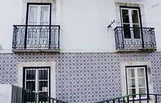 Verliefd op de mooie huisjes in Lissabon. #lisboa #lisbon #portugal #europe #dutch #holland #travel #travelgram #instatravel #traveler #traveling #travelphotography #tourist #tourism #wander #wanderer #wanderlust #view #sightseeing #color #love #beautiful