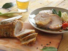 ARROSTO DI POLLO ALLA BIRRA 1/5 - Un piatto ricco come l'arrosto, incontra la leggerezza e la fragranza della birra. Ne nasce un connubio speciale di sapori e aromi: lasciatevi affascinare dalla ricetta di oggi! INGREDIENTI (PER 6 PERSONE)  - 1 arrosto di pollo  - 2 dl di birra  - 4 cipollotti  - 2 carote  - 3 gambi di sedano   - 2 spicchi d'aglio  - 2 foglie di alloro  - 75 g di pancetta  - 2 dl di brodo  - 2 cucchiai di olio d'oliva extravergine  - Sale e pepe