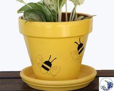 Painted Bee Planter – Söt inomhusväxt kruka, krukor ETC Small Flower Pots, Bee On Flower, Painted Plant Pots, Painted Flower Pots, Flower Pot Crafts, Clay Pot Crafts, Indoor Plant Pots, Potted Plants, Flower Pot Design