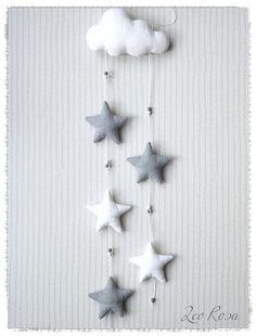 **Mobile Wolke & Sterne**  Süße Kinderzimmerdekoration in Form eines Mobiles, das frei im Zimmer, am Bettchen oder der Wickelkommode, als Tür- oder Fensterschmuck aufgehängt werden kann...  Die...
