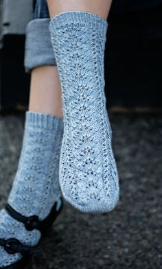 Free lace knit socks pattern