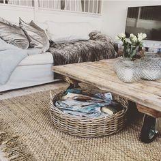 Lengter etter sommer & sol ☀️... Elsker Mille Moi sine velvet Glam puter & silkevelvet teppe her i fargen potetoe 〰noen bobler på bordet , så er alt på stell ☀️ #millemoishop #interiør #living #cottage #boble #classic #kvalitet #love #summer #herligesørlandet