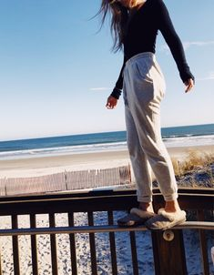 Cute lazy outfits, casual outfits for teens summer, summer ootd, sweatpants outfit lazy Lazy Day Outfits For School, Cute Lazy Outfits, Chill Outfits, Swag Outfits, College Outfits, Trendy Outfits, Comfy College Outfit, Lazy Winter Outfits, Dress Outfits
