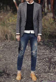 Acheter la tenue sur Lookastic:  https://lookastic.fr/mode-homme/tenues/blazer-pull-a-col-rond-chemise-a-manches-longues-jean-skinny-chaussures-brogues-bracelet/13078  — Chemise à manches longues blanc  — Pull à col rond noir  — Blazer en laine gris  — Bracelet brun  — Jean skinny déchiré bleu marine  — Chaussures brogues en cuir brunes claires