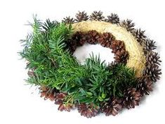 Výsledek obrázku pro podzimní dekorace do truhlíku Grave Decorations, Christmas Decorations To Make, Christmas Wreaths, Holiday Decor, Advent Wreath, Pine Cone Crafts, Theme Noel, Arte Floral, Pine Cones