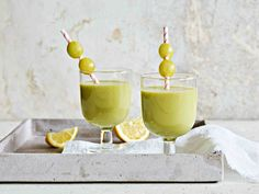 Hedelmäinen smoothie eli fruitie herättää ja antaa virtaa päivän askareisiin. Alcoholic Drinks, Tableware, Recipes, Food, Dinnerware, Tablewares, Recipies, Essen, Liquor Drinks