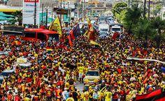 Torcedores fazem festa durante chegada do Sport no Recife