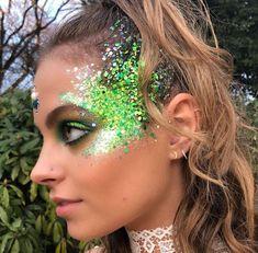Your guide to wearing glitter like a festival pro - Make up - Haar Pflege Glitter Face Makeup, Glitter Face Paint, Rave Face Paint, Alien Face Paint, Glitter Hair Gel, Glitter Lips, Glitter Stars, Black Glitter, Glitter Balloons