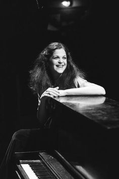 Gilda Radner of SNL fame. She died way too soon of Ovarian Cancer Gilda Radner, You Make Me Laugh, Tina Fey, Famous Movies, Famous Photographers, Black And White Portraits, Saturday Night Live, Snl, Classic Tv