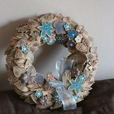 Procházka+zahradou+72.+Dekorační+keramický+věnec+Průměr+jeho+je+30cm,+zezadu+má+očko+k+zavěšení+Originál+Kronmon74 Christmas Crafts, Xmas, Burlap Wreath, Hanukkah, Origami, Pottery, Wreaths, Ceramics, Accessories