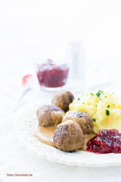 Schwedische Köttbullar mit Preiselbeeren und Kartoffelbrei