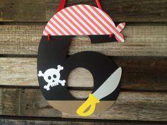 Hängen Sie diese entzückende Piraten Party Anzahl Zeichen auf Ihrer nächsten Party! Verwenden Sie es als ein Türschild oder hängen Sie es an einem Geschenke-Tisch! MENGE: ● 1 - Piraten-Partei-Zeichen FARBEN: ● Rot, weiß, schwarz, gelb und grau Wollen Sie verschiedene Farben?