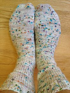 How to make Worsted Weight Socks by Susan B. Anderson.  Free pattern. Those feet look cozy.