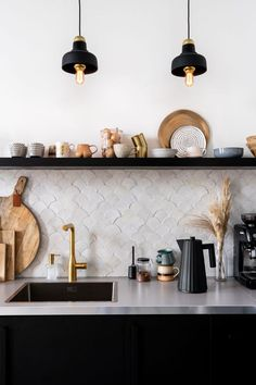 Kitchen On A Budget, New Kitchen, Kitchen Dining, Kitchen Decor, Kitchen Wall Tiles, Kitchen Black, Kitchen Cupboard, Backsplash Tile, Black Kitchens