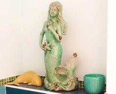 On dit qu'il est important que dans toutes les pièces on puisse sentir une présence. Dans cette salle d'eau c'est la sirène qui l'assure. ✨ Cosy Home, Important, Dit, Projects, Decor, Splash Of Colour, Room, Log Projects, Blue Prints