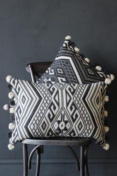 41 Modern Pillows To Rock This Year pillows throwpillows decorativepillows pillowcovers Easy Home Decor, Home Decor Trends, Home Decor Styles, Contemporary Home Furniture, Contemporary Decor, Contemporary Cushion Covers, Interior Decorating Styles, New Interior Design, Modern Pillows